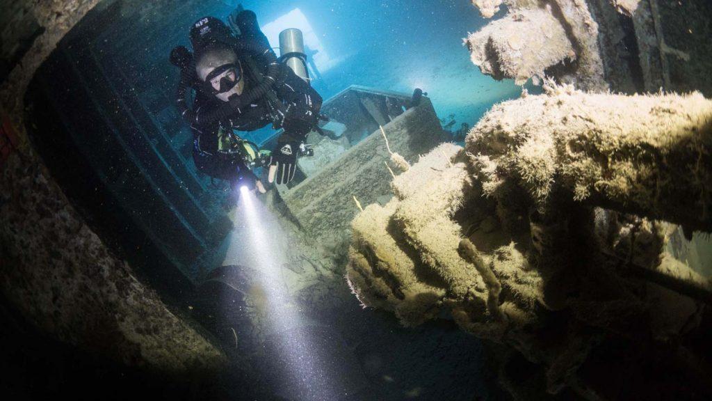 Diver-CCR-in-Dark-Wreck