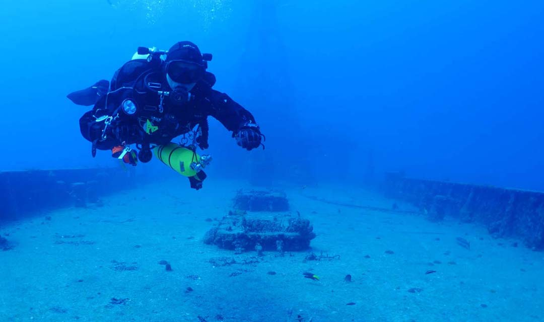 TDI-Diver-on-Wreck