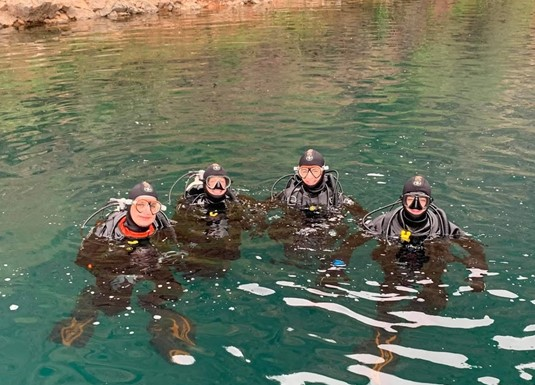 Bristol University students alternated between in-water dive training and dive medicine training throughout each week, working in small groups to maximise the learning each day.